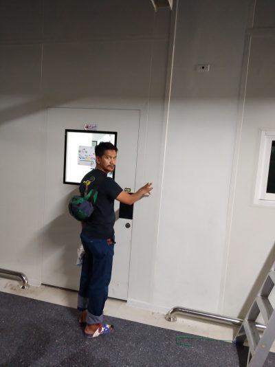 ติดตั้งเครื่องสแกนลายนิ้วมือ เปิด-ปิดประตู บนผนัง ISOWALL ห้องปลอดเชื้อ ม.ธรรมศาสตร์รังสิต