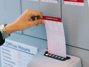 เครื่องตอกบัตร ทำไมถึงยังนิยมใช้ในปัจจุบัน ข้อดีอะไรที่เครื่องสแกนลายนิ้วมือทำแทนไม่ได้